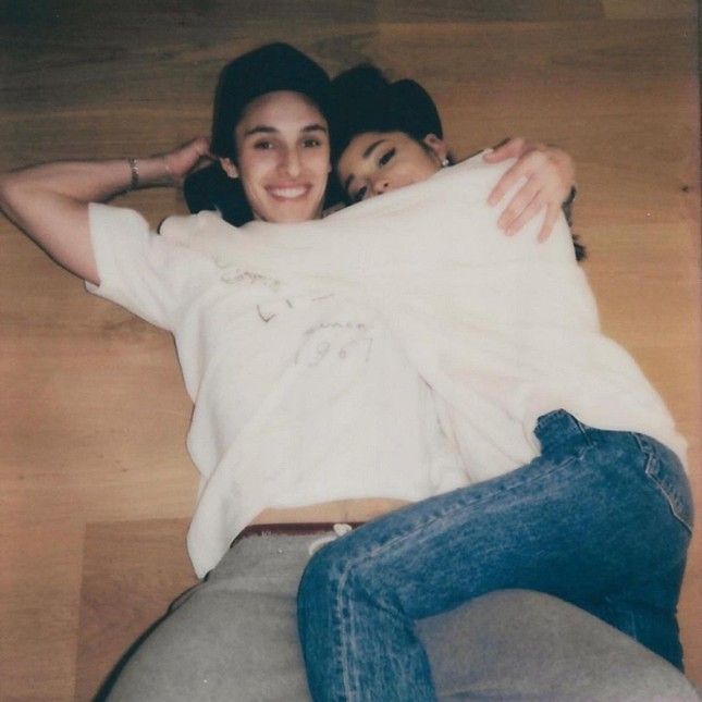 HOT: Ariana Grande đã đính hôn với bạn trai Dalton Gomez, khoe nhẫn kim cương hạnh phúc ảnh 4