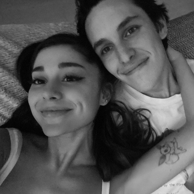HOT: Ariana Grande đã đính hôn với bạn trai Dalton Gomez, khoe nhẫn kim cương hạnh phúc ảnh 3