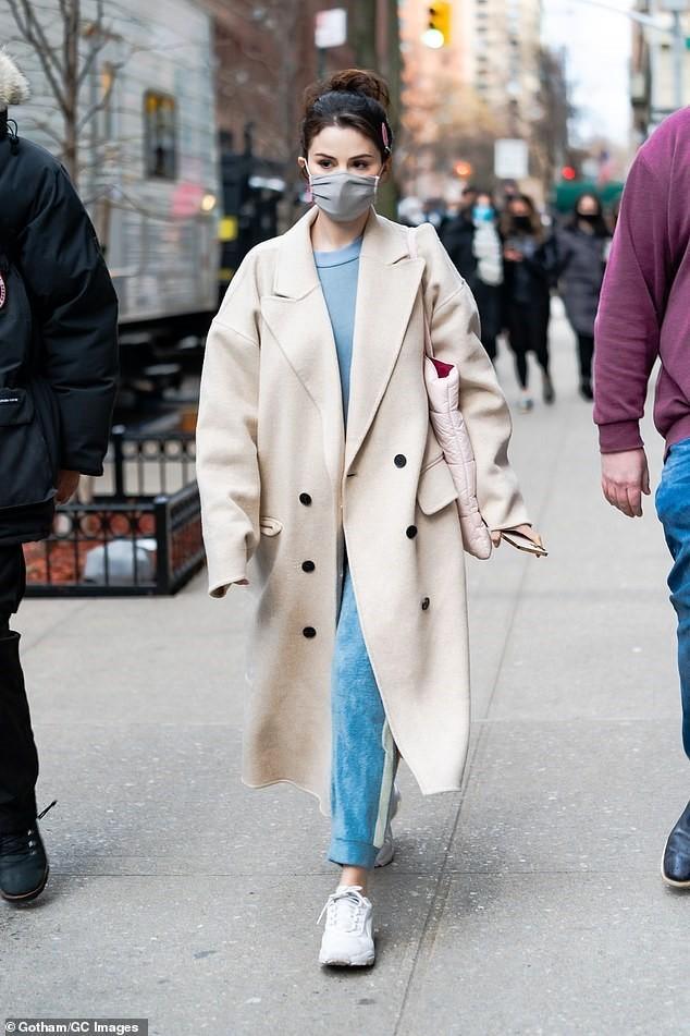 Selena Gomez trẻ trung với tóc đuôi ngựa trên phim trường ở New York ảnh 1