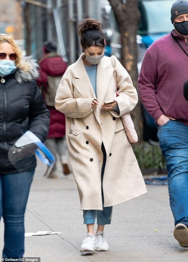 Selena Gomez trẻ trung với tóc đuôi ngựa trên phim trường ở New York ảnh 2