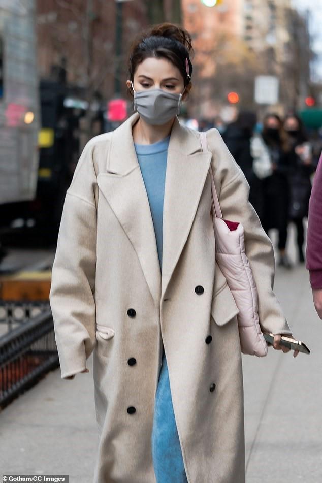 Selena Gomez trẻ trung với tóc đuôi ngựa trên phim trường ở New York ảnh 3