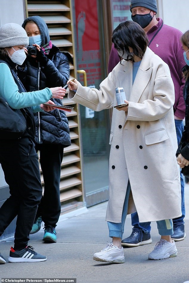 Selena Gomez trẻ trung với tóc đuôi ngựa trên phim trường ở New York ảnh 4