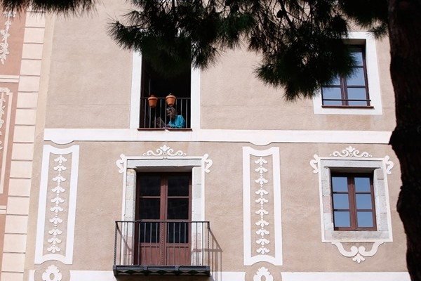 Hàng xóm thời cách ly: Happy Quarantine! Rót rượu cho nhau từ trên hai tầng gác! ảnh 1