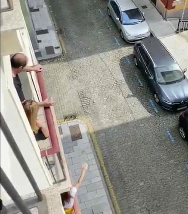 Hàng xóm thời cách ly: Happy Quarantine! Rót rượu cho nhau từ trên hai tầng gác! ảnh 3