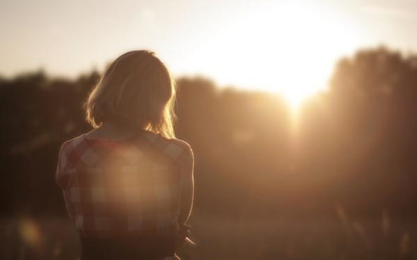 Nếu muốn trông xinh đẹp và tự tin, bạn hãy ngừng mang theo mình 6 thứ này ảnh 1