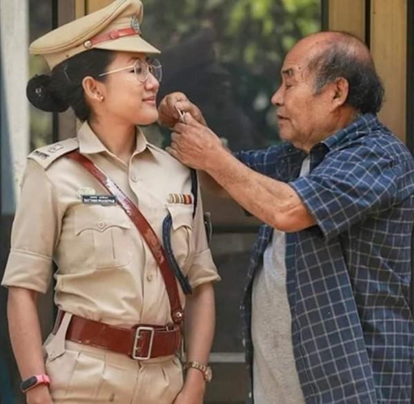 Bức ảnh nghẹn ngào: Cha già ngắm những ngôi sao trên đồng phục cảnh sát của con gái ảnh 1