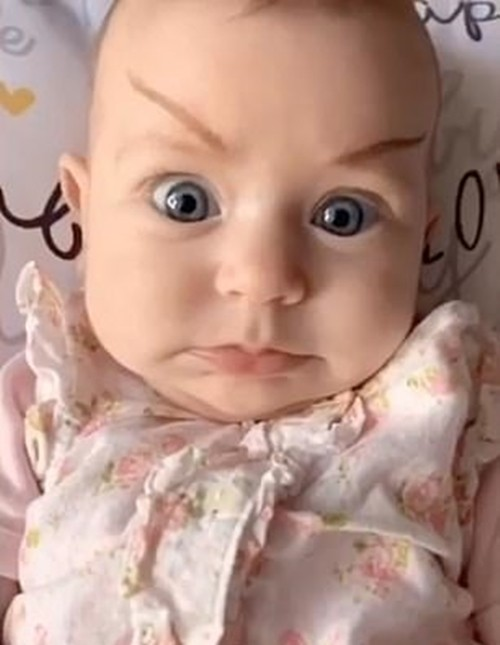 """Người mẹ trẻ vẽ các kiểu """"lông mày phản diện"""" cho em bé, dân mạng cười ngất ảnh 2"""