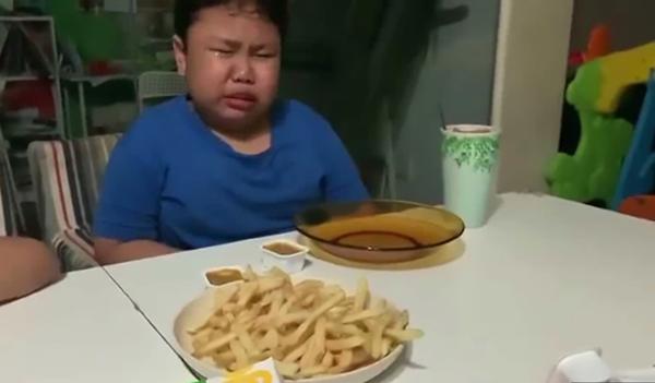 Cậu bé òa khóc sung sướng khi được ăn gà rán sau mấy tháng giãn cách xã hội ảnh 4