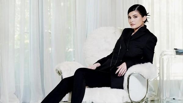"""Bị chê """"bóp eo chỉnh hông"""", Kylie Jenner tức khí đăng ảnh khoe body với bộ đồ 1,5 tỷ đồng ảnh 3"""
