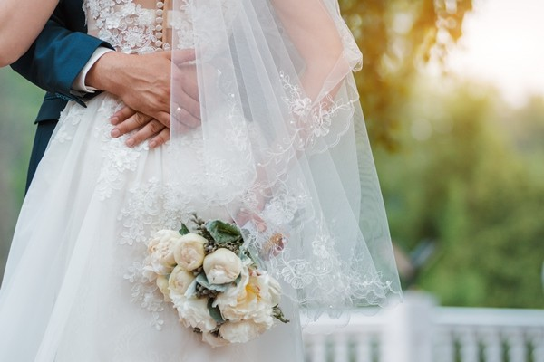 """Cô dâu nhận """"cả rổ gạch đá"""" vì dùng vạt váy cưới lau bánh xe cho chồng ảnh 2"""