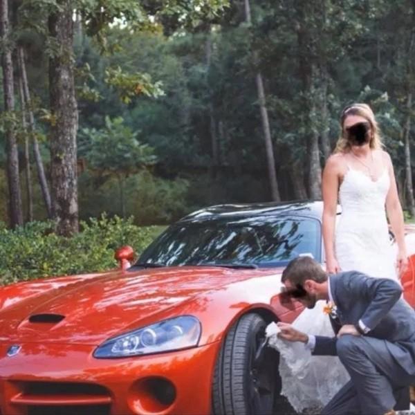 """Cô dâu nhận """"cả rổ gạch đá"""" vì dùng vạt váy cưới lau bánh xe cho chồng ảnh 3"""