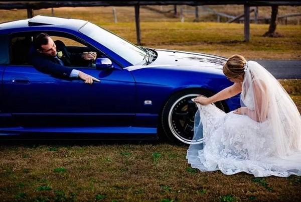 """Cô dâu nhận """"cả rổ gạch đá"""" vì dùng vạt váy cưới lau bánh xe cho chồng ảnh 1"""