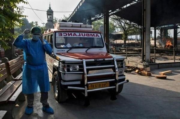 Mặc đồ bảo hộ quá nóng, tài xế xe cấp cứu ngất xỉu khi đang chở bệnh nhân COVID-19 ảnh 1