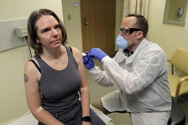 """3 người đầu tiên tiêm thử nghiệm vắc-xin COVID-19: Có người bị ngất, nhưng """"đầy hy vọng"""" ảnh 1"""