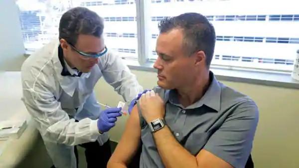 """3 người đầu tiên tiêm thử nghiệm vắc-xin COVID-19: Có người bị ngất, nhưng """"đầy hy vọng"""" ảnh 2"""