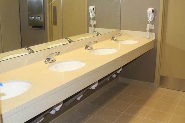 Vào toilet ở nơi công cộng cũng có nguy cơ nhiễm COVID-19, nên làm thế nào đây? ảnh 3
