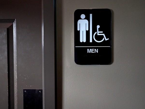 Vào toilet ở nơi công cộng cũng có nguy cơ nhiễm COVID-19, nên làm thế nào đây? ảnh 1