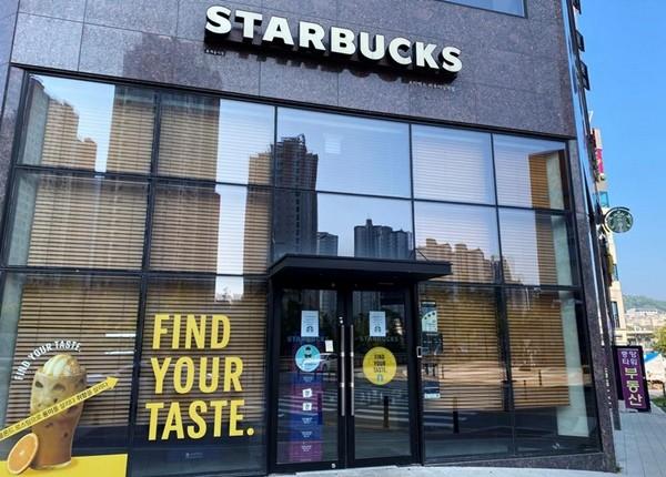 Starbucks Hàn Quốc loay hoay giảm chỗ ngồi sau khi liên quan tới hơn 50 ca nhiễm COVID-19 ảnh 2