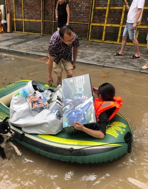 Nước lụt ngập nhà, vợ bơi về phá cửa sổ để cứu bộ sưu tập người máy Gundam cho chồng ảnh 2