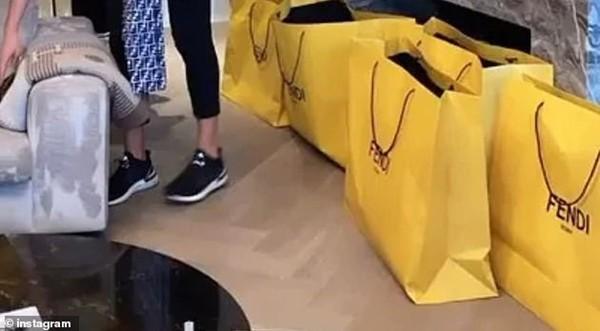 """Mở tiệc """"đập hộp"""" túi và quần áo Fendi, ngôi sao Instagram tên là... Chanel bị phạt nặng ảnh 3"""