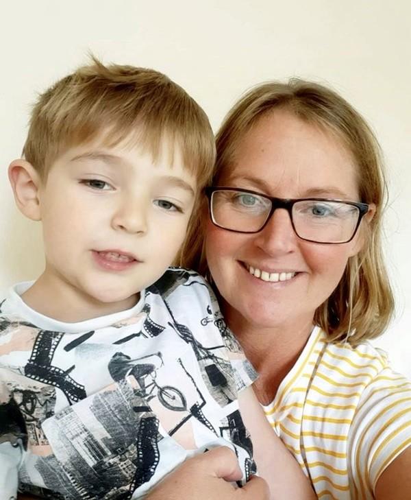 Mẹ bị hôn mê đột ngột, cậu bé 5 tuổi nhanh trí cứu được mẹ nhờ chiếc ô tô đồ chơi ảnh 2