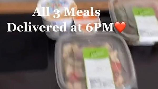 Sinh viên ĐH New York kêu ca về bữa ăn khi cách ly: Quá nghèo nàn, thậm chí bị mốc! ảnh 1