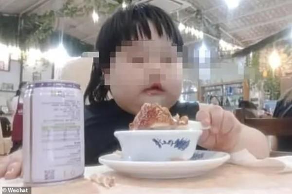 Phẫn nộ với cặp bố mẹ ép con gái 3 tuổi ăn để quay clip đăng lên mạng kiếm tiền ảnh 2