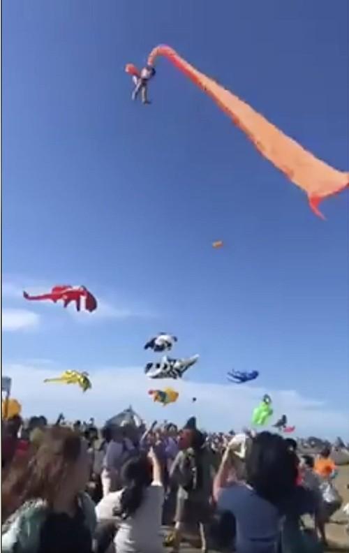 Tới lễ hội thả diều, cô bé 3 tuổi bị con diều khổng lồ mắc vào người, cuốn lên cao 30 mét ảnh 3