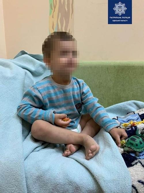 Mẹ đi chơi với bạn, cậu bé 3 tuổi bị bỏ mặc trong nhà suốt 3 ngày, phải ăn cả túi nylon ảnh 4