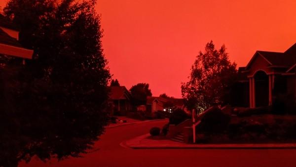 """Bầu trời bỗng nhiên đỏ như máu, quang cảnh """"trông như ở địa ngục"""", chuyện gì đang xảy ra? ảnh 2"""