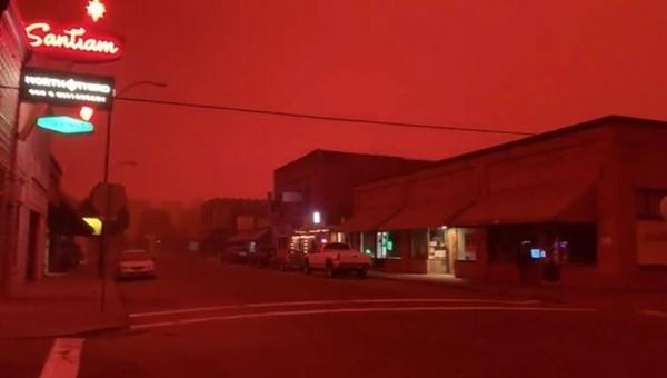 """Bầu trời bỗng nhiên đỏ như máu, quang cảnh """"trông như ở địa ngục"""", chuyện gì đang xảy ra? ảnh 1"""