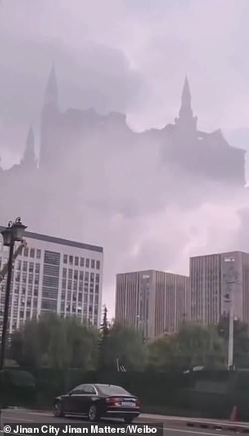 Nóng trên mạng: Trường Hogwarts của Harry Potter lơ lửng trên bầu trời Trung Quốc? ảnh 1