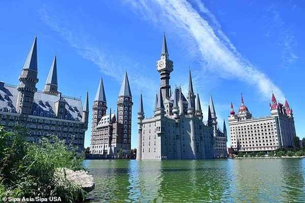 Nóng trên mạng: Trường Hogwarts của Harry Potter lơ lửng trên bầu trời Trung Quốc? ảnh 2
