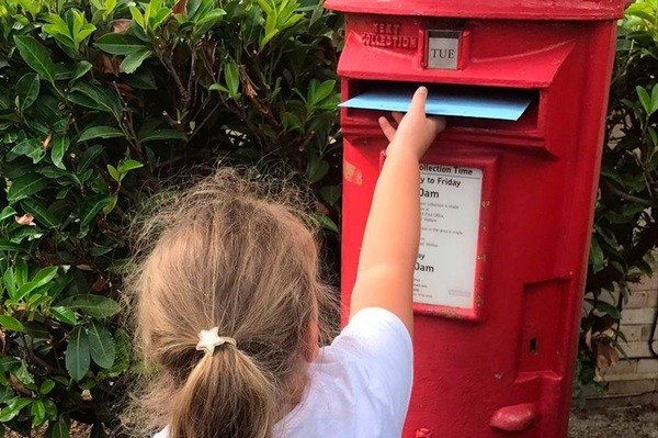 Cô bé viết thư cho mèo cưng trên Thiên Đường, bất ngờ nhận được món quà đặc biệt ảnh 1