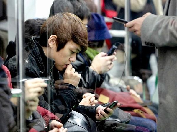 Hàn Quốc tặng tiền điện thoại cho người trên 13 tuổi nhưng tại sao lại bị phản đối? ảnh 3
