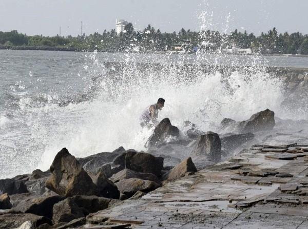 Mẹ dẫn con ra biển chụp selfie bất chấp cảnh báo sóng lớn, em bé 2,5 tuổi bị sóng cuốn đi ảnh 2
