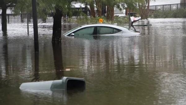 Cơn bão Sally kỳ lạ ở Mỹ: Di chuyển siêu chậm, lặng lẽ cuốn bay một đoạn cây cầu bê-tông ảnh 2