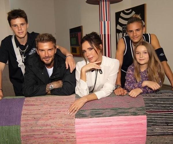 """Vì """"lỗi thời trang"""" này mà David Beckham bị các fan chê là lôi thôi khi đến dự show của vợ ảnh 3"""