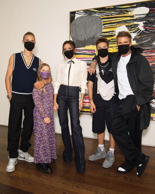 """Vì """"lỗi thời trang"""" này mà David Beckham bị các fan chê là lôi thôi khi đến dự show của vợ ảnh 2"""