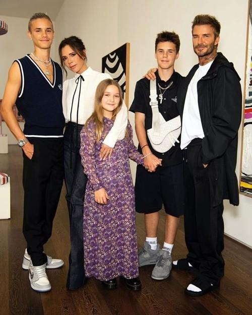 """Vì """"lỗi thời trang"""" này mà David Beckham bị các fan chê là lôi thôi khi đến dự show của vợ ảnh 1"""