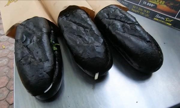 Tiệm bánh mỳ Việt Nam được đăng lên nhiều báo nước ngoài vì những chiếc bánh đen như than ảnh 4