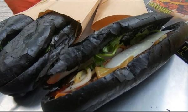 Tiệm bánh mỳ Việt Nam được đăng lên nhiều báo nước ngoài vì những chiếc bánh đen như than ảnh 2