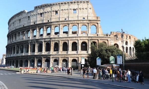 Lén lút khắc tên mình lên Đấu trường La Mã, du khách bị kết tội phá hoại và bị phạt nặng ảnh 1