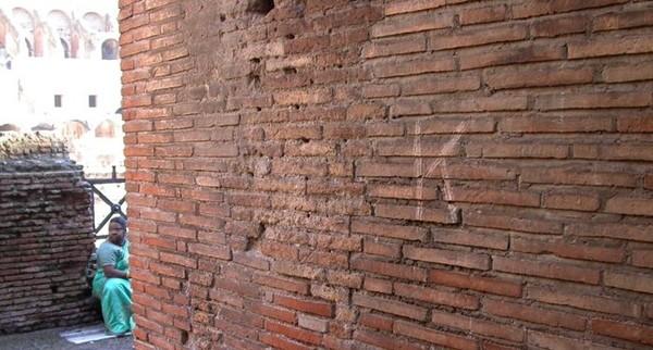 Lén lút khắc tên mình lên Đấu trường La Mã, du khách bị kết tội phá hoại và bị phạt nặng ảnh 2