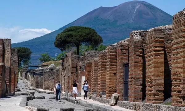 """Thấy mình """"như trúng lời nguyền"""", du khách sợ hãi gửi trả các mảnh tàn tích lấy từ Pompeii ảnh 2"""