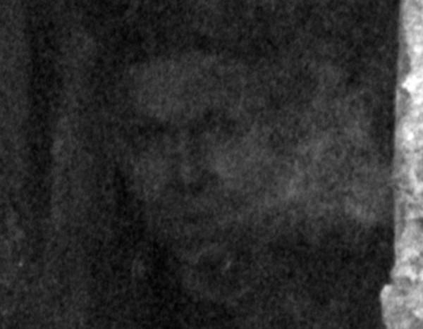 """Ảnh hoàn toàn không chỉnh sửa, tại sao có một """"bóng người"""" trên cửa sổ ngôi nhà cổ này? ảnh 3"""