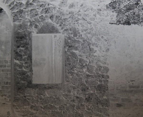"""Ảnh hoàn toàn không chỉnh sửa, tại sao có một """"bóng người"""" trên cửa sổ ngôi nhà cổ này? ảnh 2"""