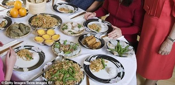 """Để thử độ """"chịu chi"""" của người yêu, cô gái dẫn 23 người thân tới buổi hẹn ăn tối đầu tiên ảnh 2"""