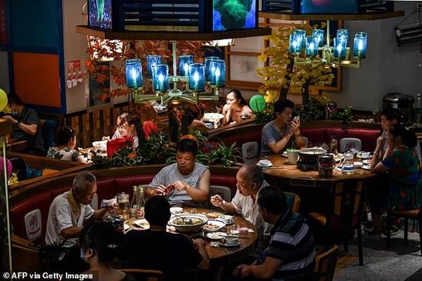 """Để thử độ """"chịu chi"""" của người yêu, cô gái dẫn 23 người thân tới buổi hẹn ăn tối đầu tiên ảnh 1"""