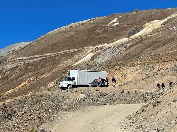 Đi theo hệ thống định vị GPS, người lái xe tải bị mắc kẹt nhiều ngày ở vùng núi hiểm trở ảnh 1